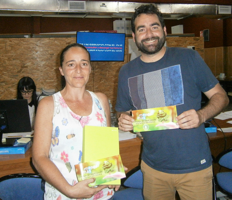 Rosa Mª Amorós junto a Mario Berná en el momento de entrega de la tablet